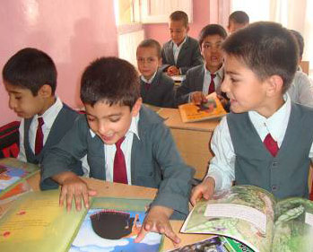 Boys in an Afghan classroom with Hoopoe books