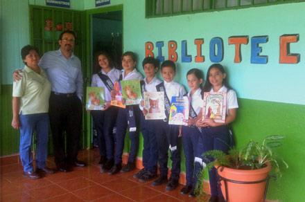 Kids in Costa Rica with Hoopoe English-Spanish bilingual books